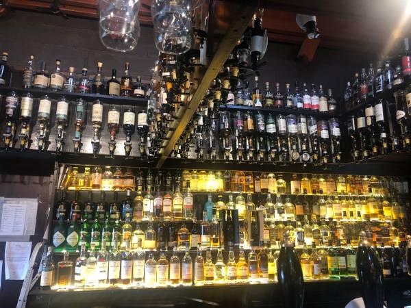 In der Seumas Bar, dem Pub des Sligachan Hotel auf der Insel Skye, werden über 400 Whisky Sorten aus allen Gegenden Schottlands angeboten