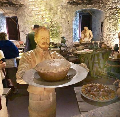 The Great Kitchens in Stirling Castle, eine Küchenszenerie mit lebensgrossen Figuren